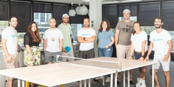Die Mitarbeiter von Hardbacon an einem Tischtennistisch
