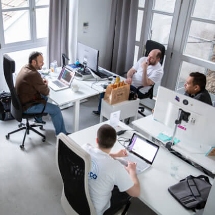 Kinsta-team, der arbejder på Kinsta-kontoret