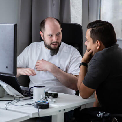 Kinsta-teammedlemmer arbejder sammen