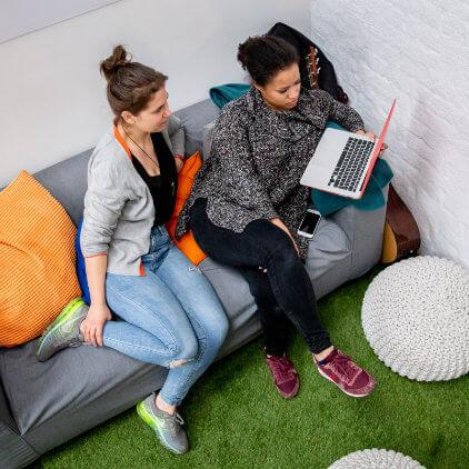 Trabajo informal en el sofá en Kinsta
