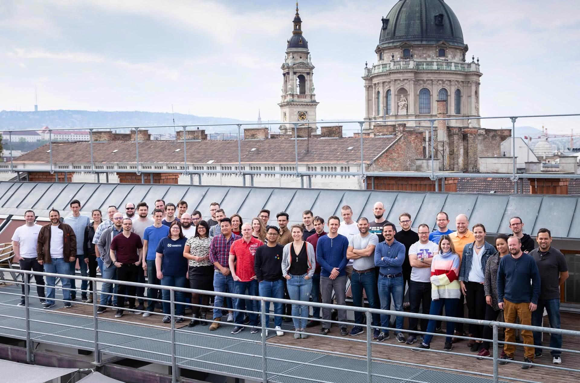 Il team di Kinsta nella terrazza degli uffici di Budapest, Ungheria