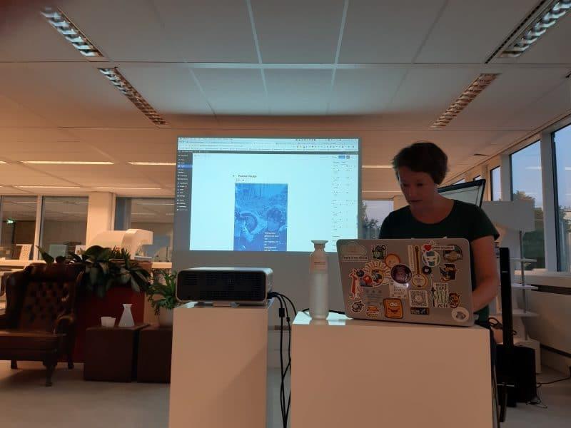 Foto van Monique Dubbelman tijdens presentatie over Gutenberg