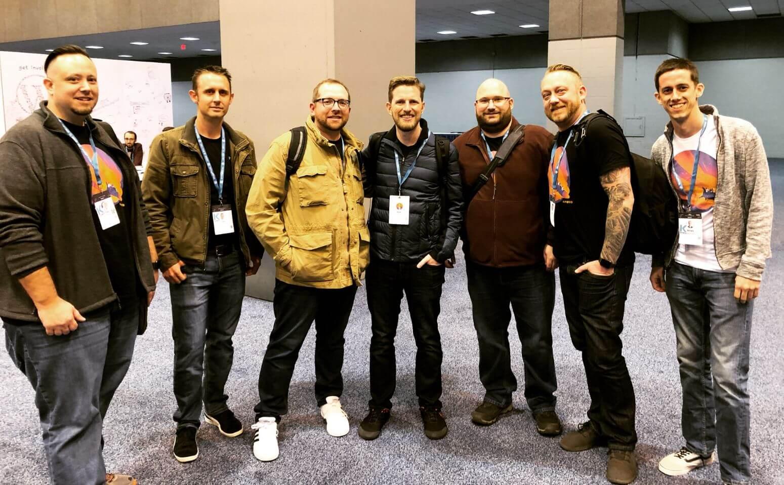 A equipe Kinsta com Matt Mullenweg no WordCamp US