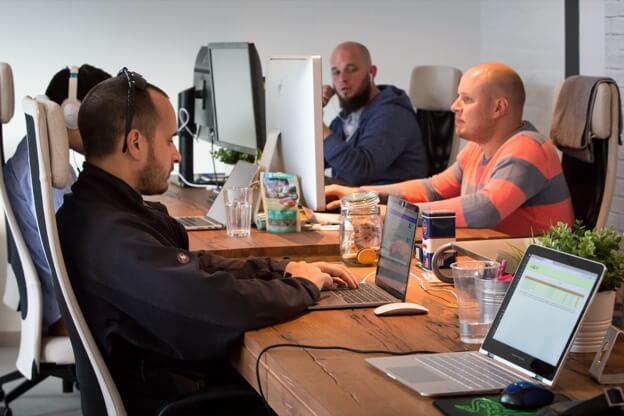 Equipe Kinsta no escritório