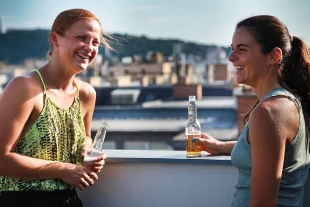 Equipe Kinsta bebe no terraço