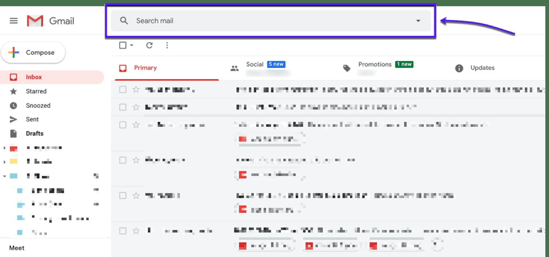 Una freccia e una casella evidenziata che indica la barra di ricerca nella parte superiore di Gmail